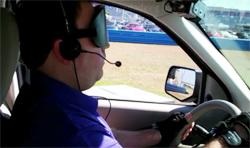 画像:運転する視覚障がい者