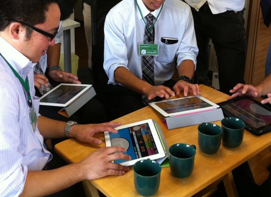 画像:来客にiPadで太鼓の達人をプレイしてもらっているところ