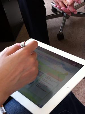 画像:打ち合わせ中にiPadを使っている様子