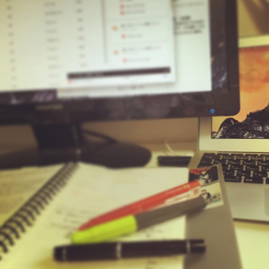 サブマシンとディスプレイとノートとペン