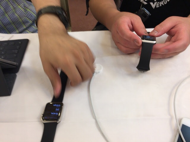 二つのアップルウォッチを触っているところ