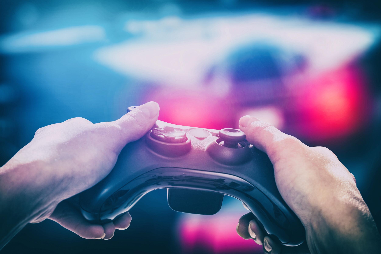 ゲームコントローラーを両手で握っている写真