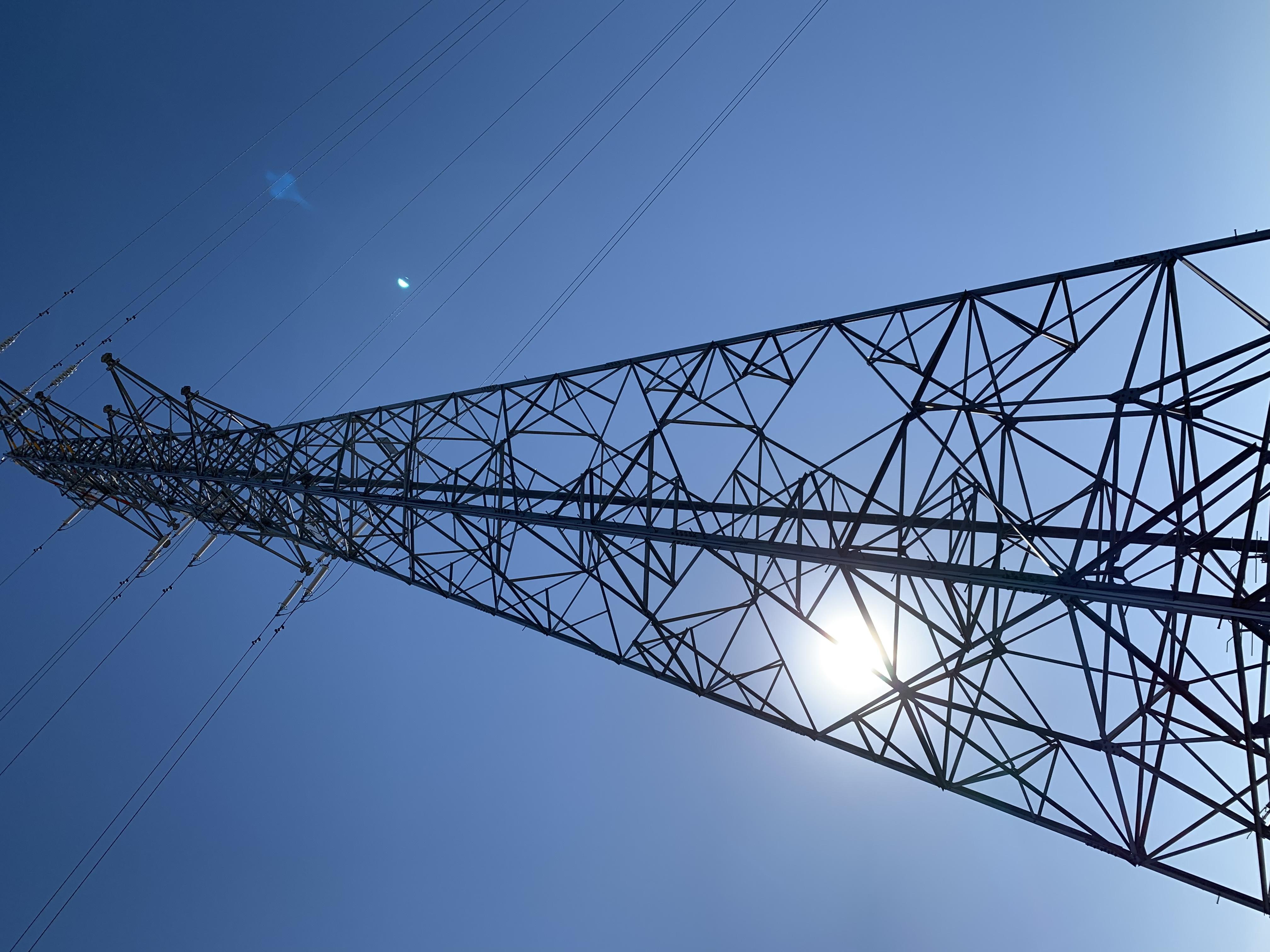 鉄塔を逆光から撮ったもの
