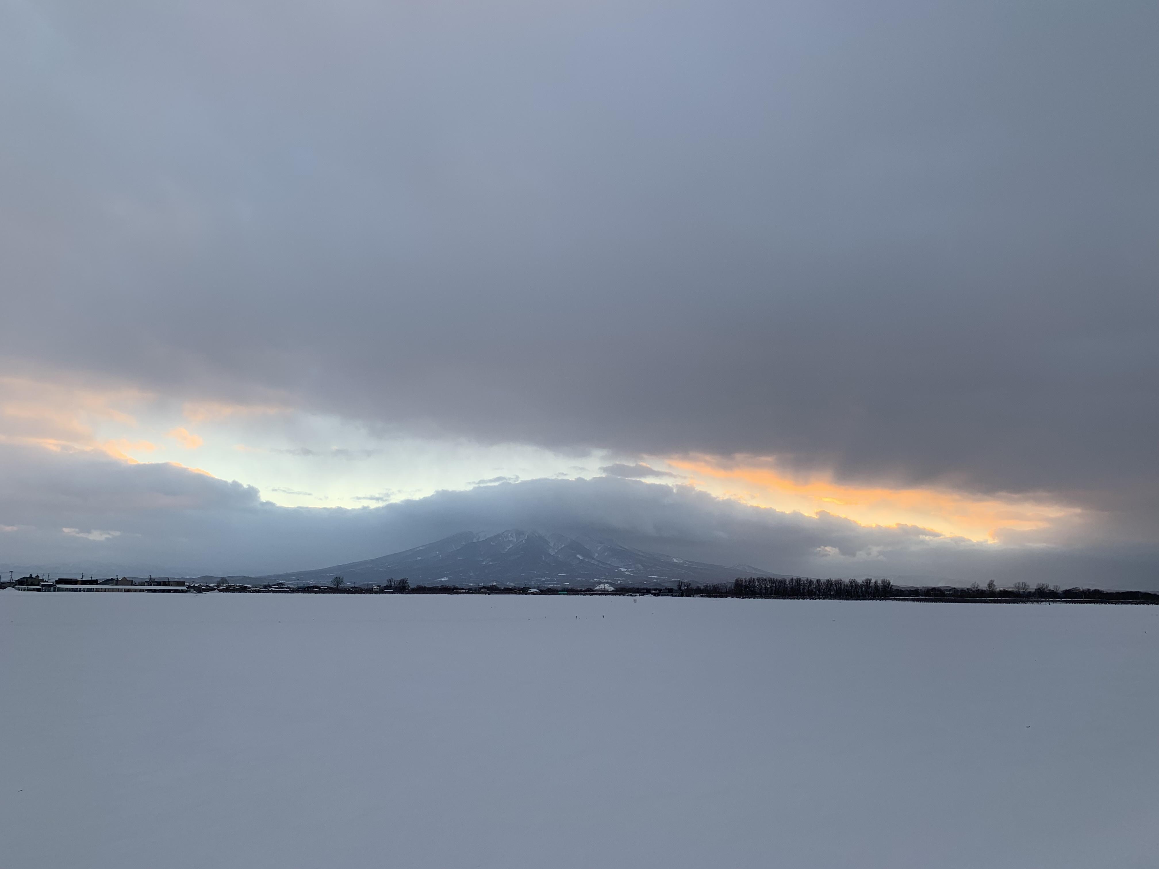 雪原と岩木山